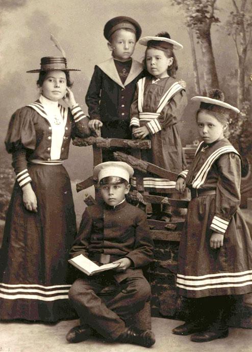 Мода на матроски. Портрет детей из семьи Орловых (фотоателье Н.Сажина. г.Муром, 1895 год).