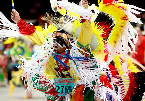 Национальные костюмы индейцев США на фестивале Пау-Вау
