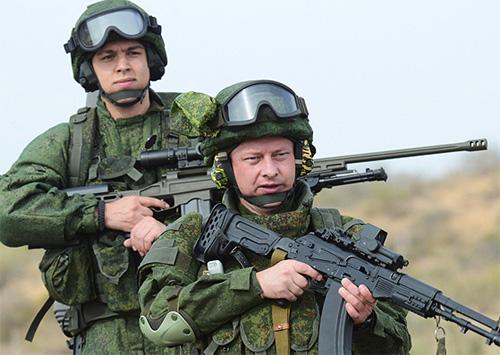 Российские военнослужещие в полевой форме