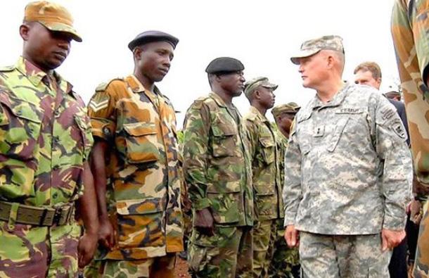 Американский генерал, одетый в новую форму, испектирует подопечнsй миротворческий контингент