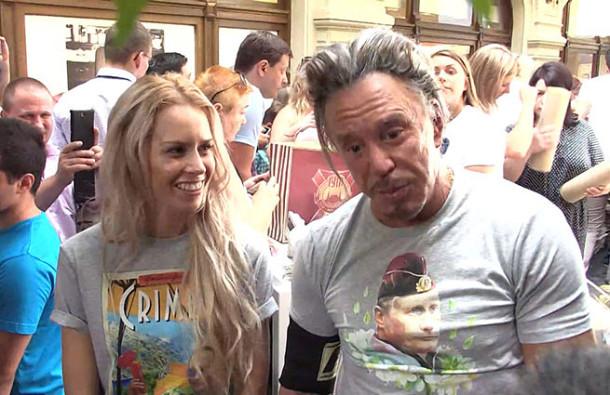 Микки Рурк приехал в Москву и купил несколько «путинских» футболок