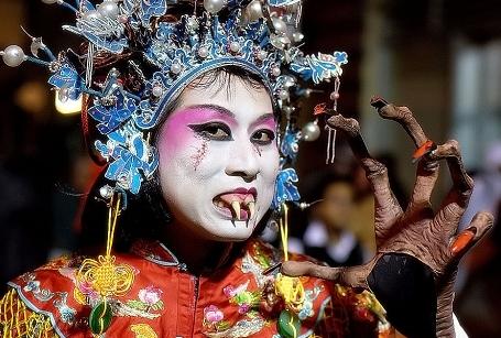 В метро Пекина запретили ездить в страшных костюмах к Хэллоуину