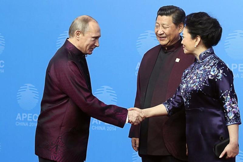 Президент России Владимир Путин и председатель КНР Си Цзиньпин с супругой перед совместным фотографированием лидеров экономик форума АТЭС в Пекине