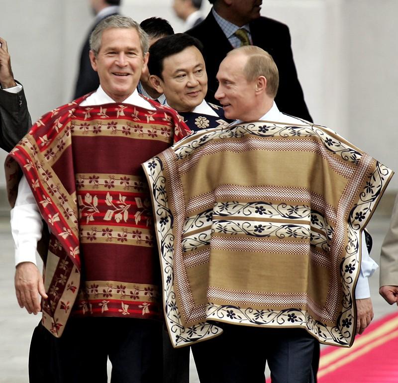 Президент США Дордж Буш и президент России Владимир Путин во время саммита АТЭС в Чили, 2004г.
