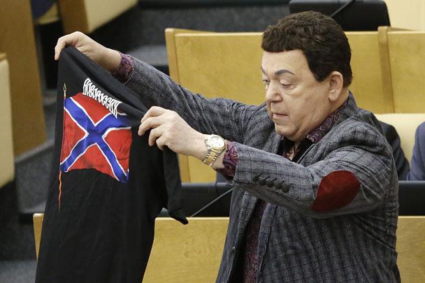 Иосиф Кобзон показал в Госдуме России футболки с символикой Новороссии